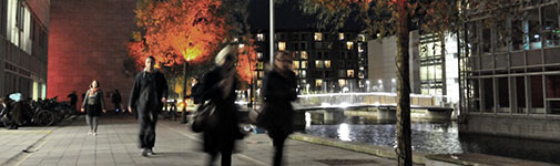 People walking at Søndre Campus in the evening